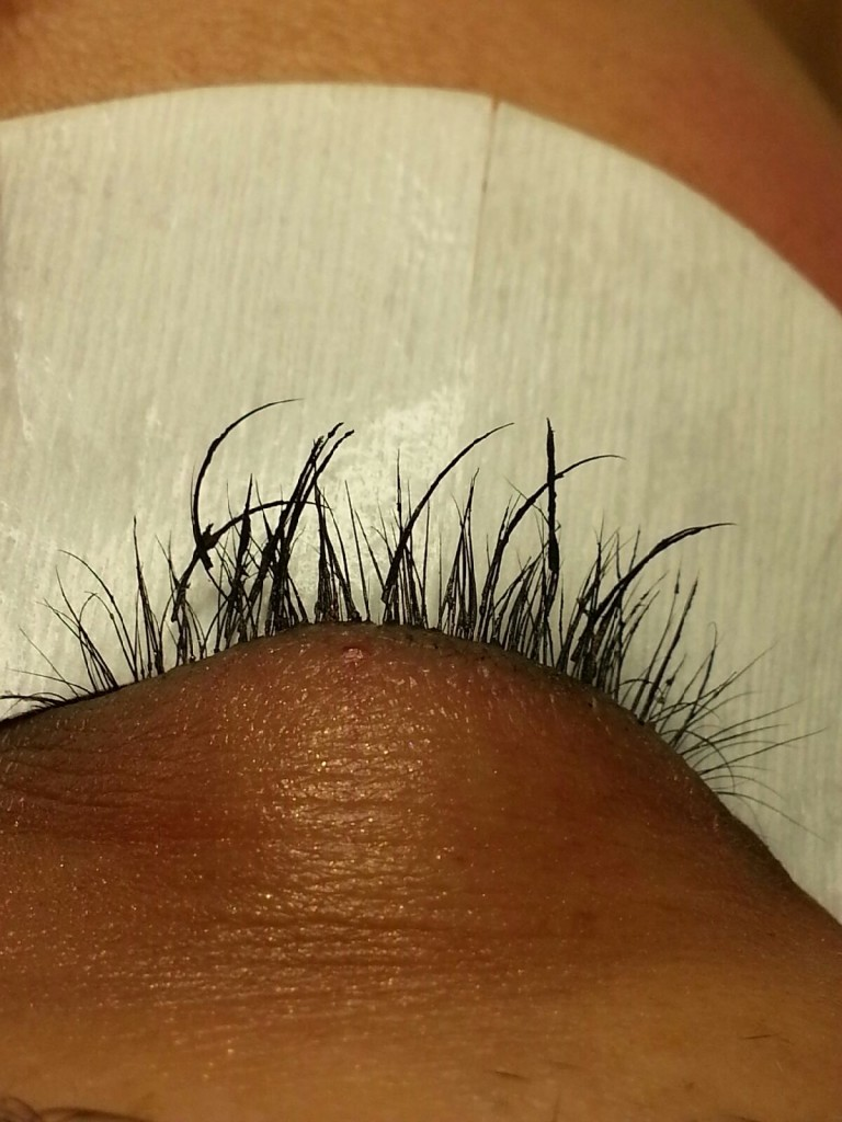 how to put strip eyelashes on yourself